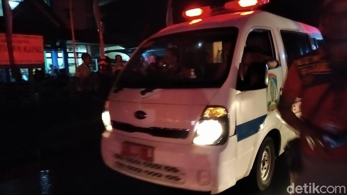 Ambulance yang membawa petugas damker ke RS di Balikpapan