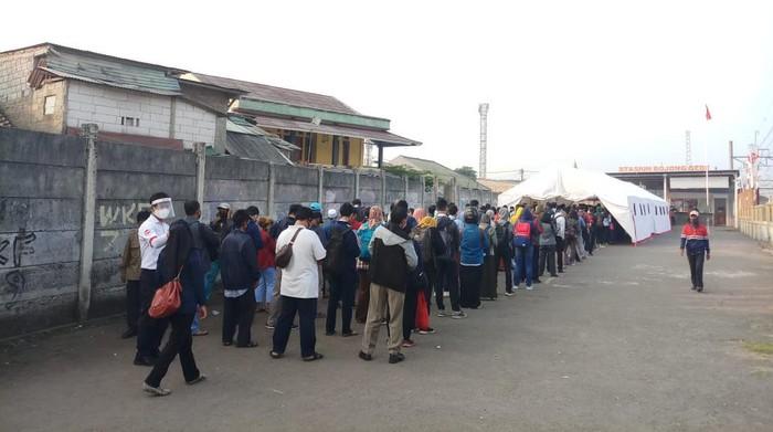 Antrean calon penumpang di Stasiun Bojong Gede Bogor (dok. PT KCI)