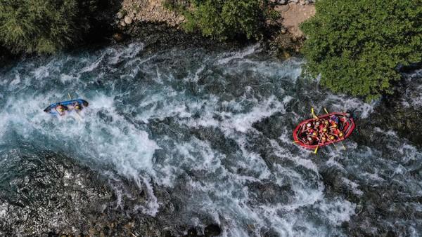 Banyak resor yang menyediakan beragam fasilitas kepada wisatawan di Provinsi Antalya dan Provinsi Aegean selatan Muğla, dua destinasi favorit turis domestik dan asing.