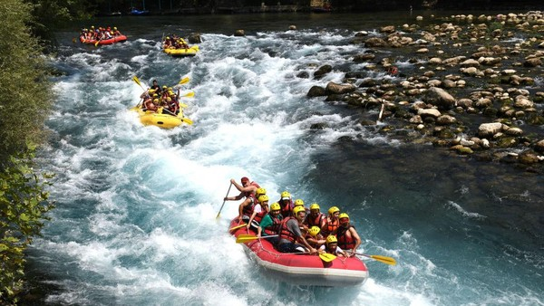 Selain melewati rintangan, keseruan mengarungi sungai dapat dinikmati dengan berperang melawan perahu karet lain.