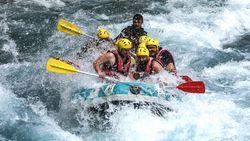 Celebrity on Vacation: Rafting di Tengah Arus Deras Sungai Ciwulan