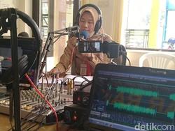 Siswa Belajar Pakai Radio Komunitas Mesti Jadi Cambuk Buat Pemerintah
