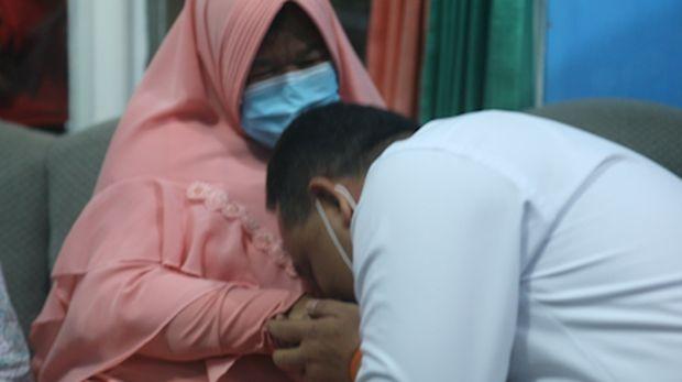 Kepala BP2Mi Benny Rhamdani mencium tangan Etty Toyib