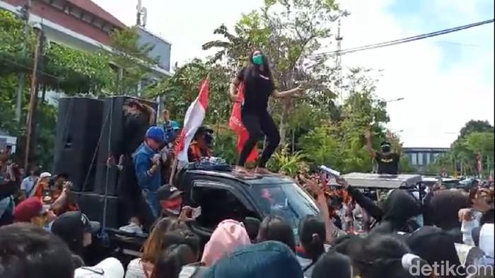 Pekerja hiburan malam demo di Balai Kota Surabaya menuntut revisi Perwali No 33 Tahun 2020. Demo sempat diwarnai aksi dugeman.