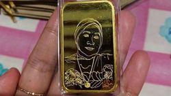 3 Fakta Dewi Persik Bagi-bagi Emas Batangan Gambar Wajah