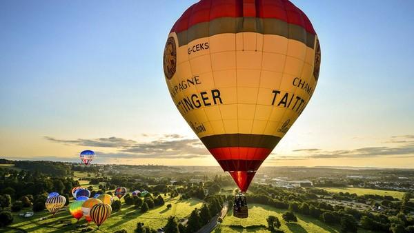 Balon udara beragam warna tampak meramaikan festival balon udara di kawasan Bristol tersebut.