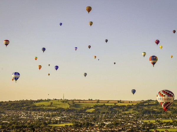 Balon udara beraneka warna menghiasi langit kawasan Bristol, Inggris, Senin (3/8/2020).