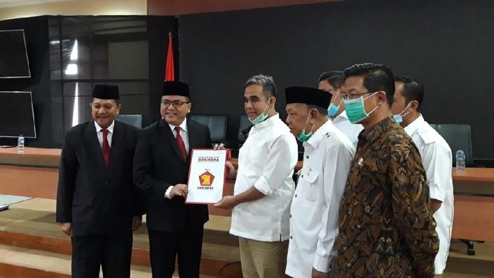 Sekjen Gerindra Muzani menyerahkan surat rekomendasi ke Denny Indrayana untuk maju di Pilgub Kalsel 2020, di DPP Gerindra, Ragunan, Jakarta Selatan, Senin (3/8/2020).