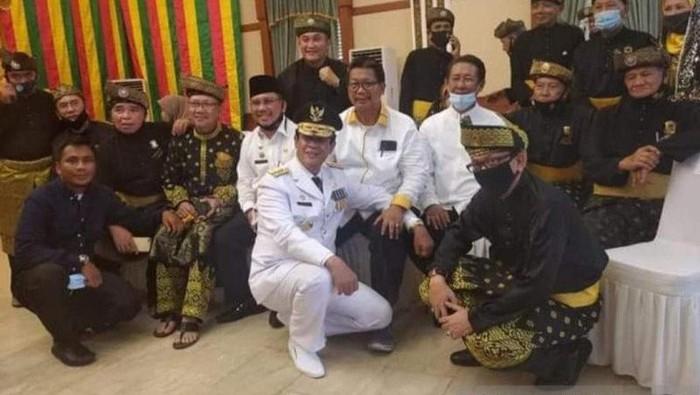 Gubernur Kepri Isdianto foto bersama pengurus Lembaga Adat Melayu di Gedung Daerah Tanjungpinang pada Selasa 28 Juli 2020. (dok. Istimewa via Antara)