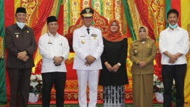 Gubernur Kepri Isdianto foto bersama Wali Kota Tanjungpinang Rahma (pakaian dinas) dan Wali Kota Bat Rudi (kemeja putih paling kanan). (ANTARA/Nikolas Panama)