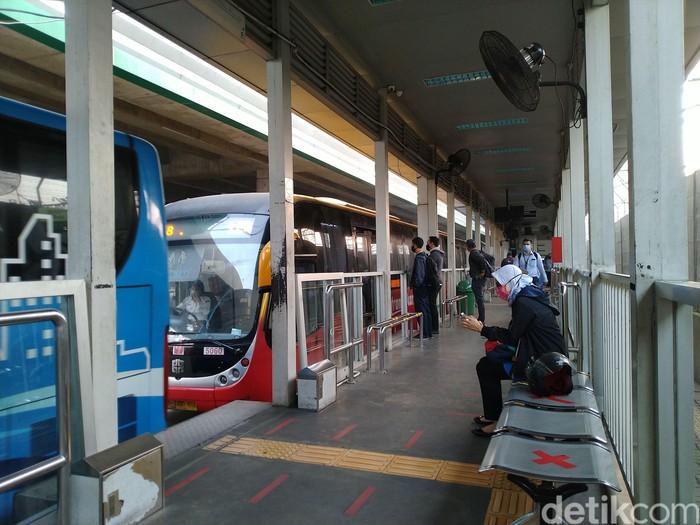 Halte Transjakarta Lebak Bulus, 3 Agustus 2020. (Sachril AB/detikcom)
