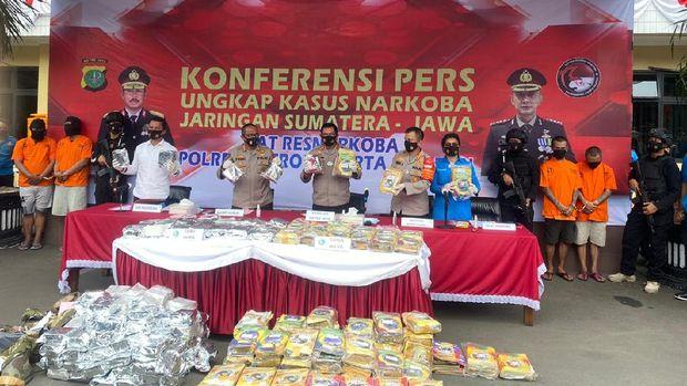Kapolda Metro Jaya Irjen Nana Sudjana dalam rilis pengungkapan kasus ganja 160 kg yang dibungkus lembar LKS (dok. Istimewa)