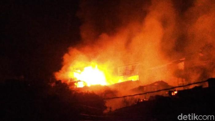 Kebakaran di pemukiman Bukit Gunung Kemendur