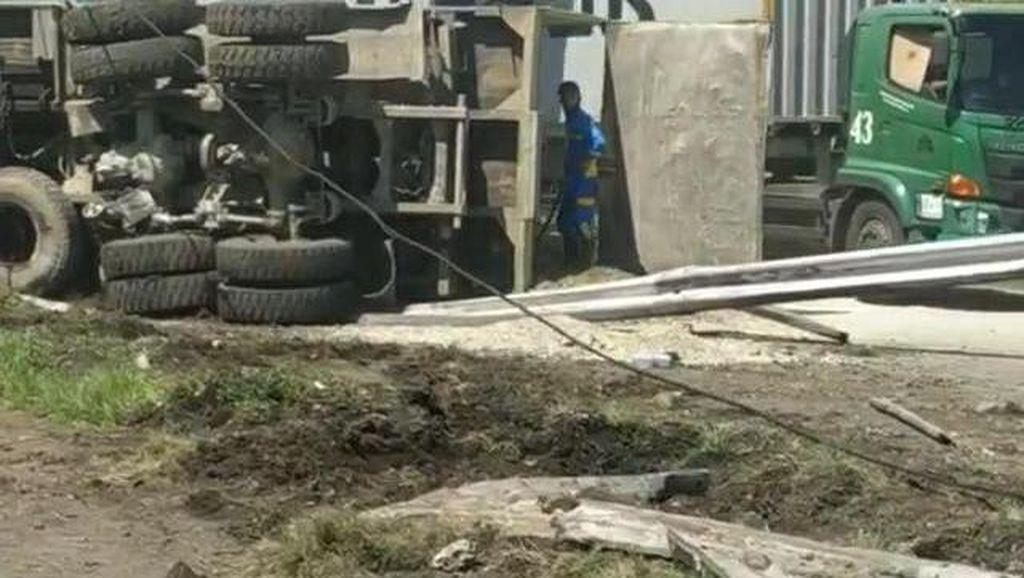 Video Truk Terguling di Tol Bandar Selamat Medan
