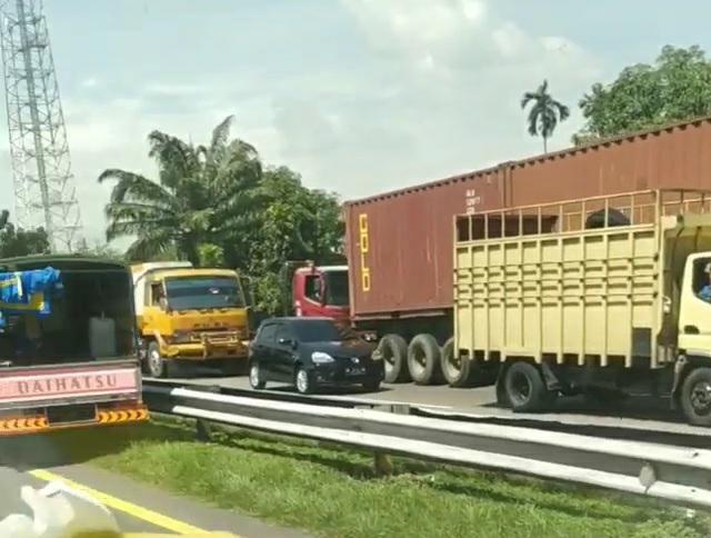 Kemacetan lalin akibat truk terguling di tol arah Tanjung Mulia Medan (dok. Istimewa)