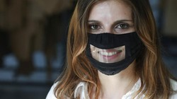 Terapis di Afsel membuat masker tembus pandang. Masker itu dibuat untuk bantu saudaranya yang berkebutuhan khusus agar dapat berkomunikasi saat kenakan masker.