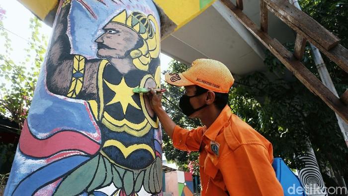 Selain membersihkan lingkungan, Pasukan Oranye DKI juga kerap membuat mural di tembok-tembok agar terlihat indah. Yuk lihat hasil karya mereka.