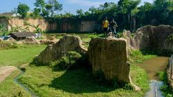 Mencari Godzilla di Tebing Koja Tangerang