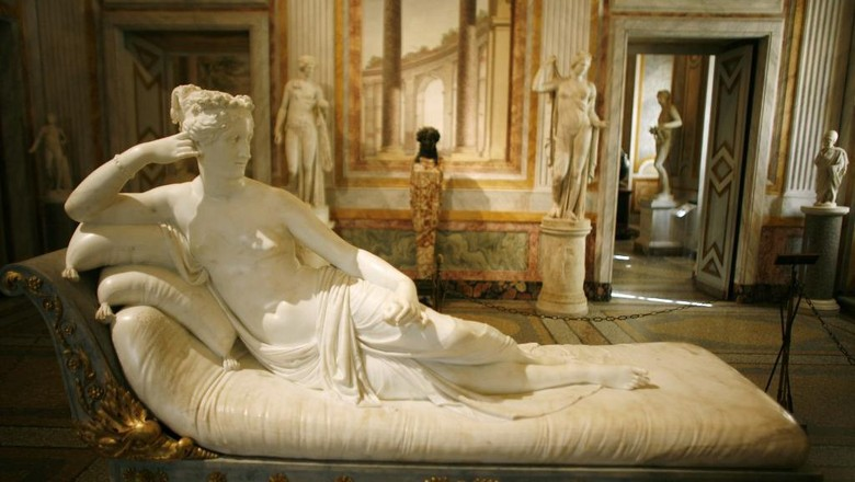 Picture of Pauline Bonaparte Borghese as Venus Victorious, of Italian sculptor and painter, Antonio Canova, at the Galleria Borghese in Rome ,17 October 2007, during a press preview of the exhibition Canova.   AFP PHOTO / CHRISTOPHE SIMON (Photo by CHRISTOPHE SIMON / AFP)