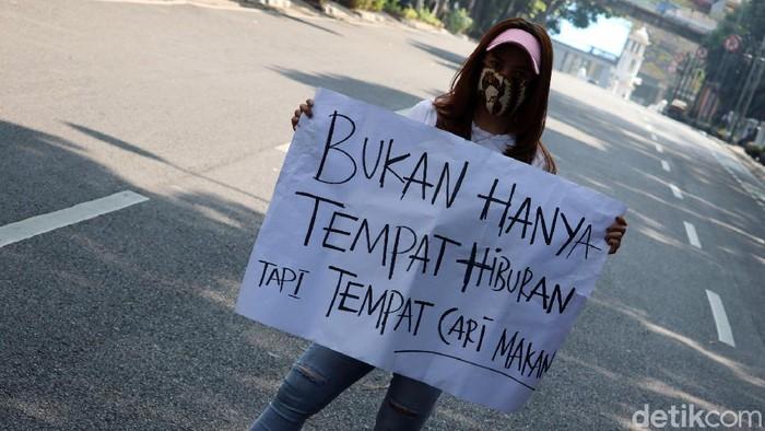 Massa tergabung dalam Pekerja Hiburan Malam Bandung menggeruduk kantor Wali Kota Bandung Oded M Danial, Senin (3/8/2020). Mereka, terdiri pria dan perempuan, menggelar aksi damai menuntut tempat hiburan dibuka.