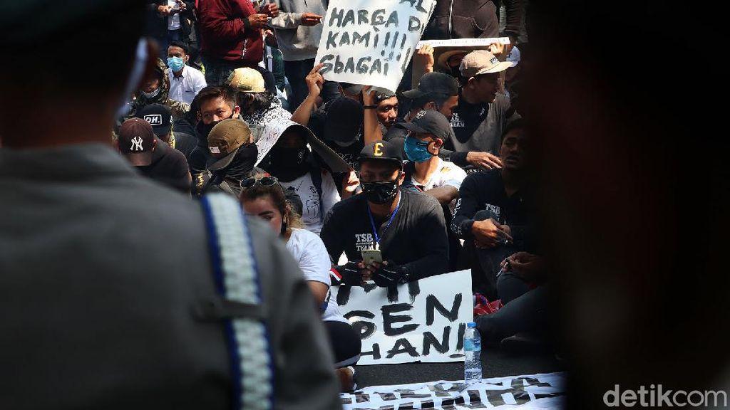 Demo di Depan Balkot, 3 Pekerja Hiburan Malam di Bandung Reaktif COVID-19