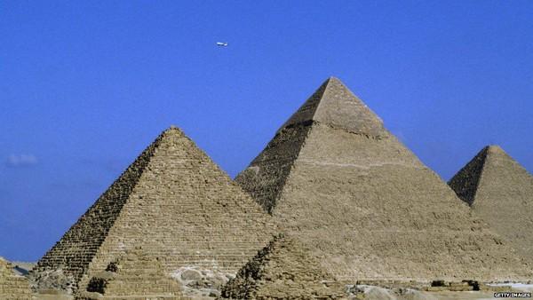 Baru-baru ini, tim arkeolog dari Mesir menemukan lebih dari 2 lusin peti mati yang tersembunyi di dalam Piramida Djoser di Saqarra. Di Dataran Tinggi Saqarra sendiri ada sekitar 11 buah piramida. (Getty Images)