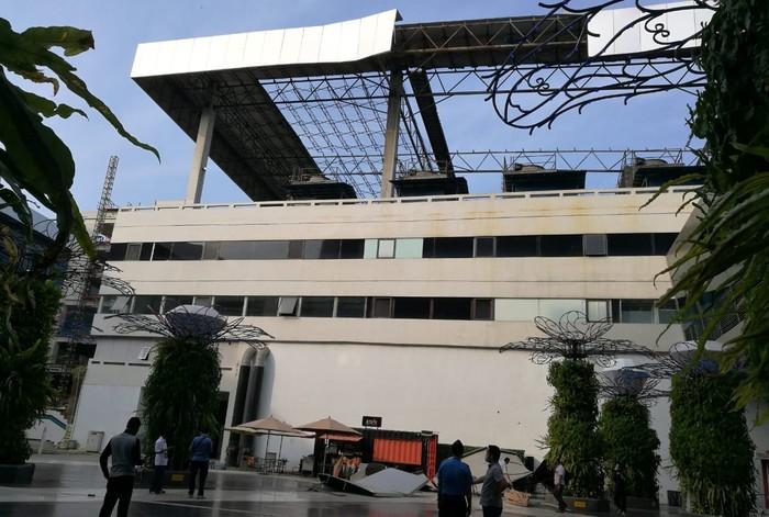 Pada pukul 16.01 WIB sore ini, Senin (3/8/2020), sebagian sisi atap atau lisplang di gedung parkir Terminal 3 domestik Bandara Soekarno Hatta (Soetta) runtuh akibat angin kencang.