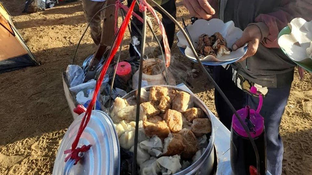Viral Penjual Bakso Tusuk dan Siomay di Puncak Gunung Cikuray
