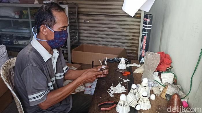 Pengusaha shuttlecock rumahan di Demak masih bertahan meski hadapi pandemi COVID-19. Usaha rumahan itu juga berdayakan warga sekitar untuk bantu penuhi pesanan.