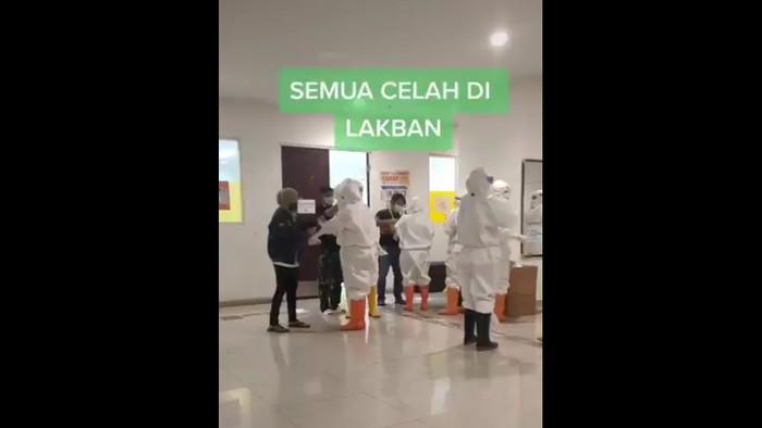 Persiapan tenaga medis di RS darurat Wisma Atlet, Jakarta.
