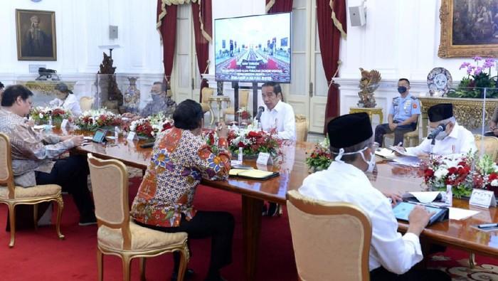 Presiden Jokowi memimpin rapat terbatas.
