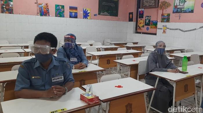 Sebanyak 21 SMP di Surabaya akan menggelar belajar secara tatap muka. Hari ini, ada dua sekolah yang menggelar simulasi.
