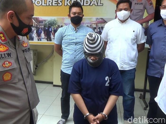 Polisi menangkap pelaku teror paket parabola hingga pisang satu truk ke Titik (20) gadis asal Kendal, Jawa Tengah. Pelaku tak lain merupakan teman dekat Titik.