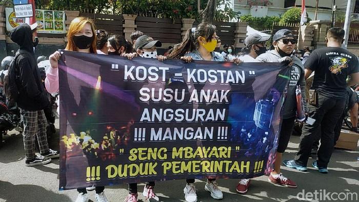Para pekerja seni dan hiburan malam menggelar demo menuntut revisi Perwali No 33 Tahun 2020 terkait jam malam di Balai Kota Surabaya, Senin (3/8/2020).
