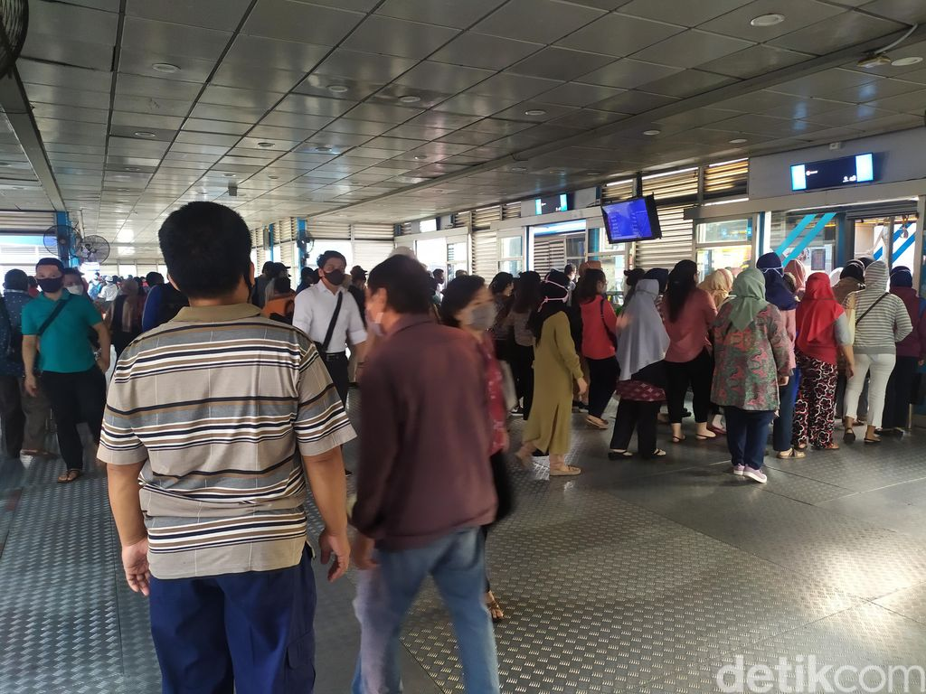 Suasana Halte Transjakarta Harmoni, 3 Agustus 2020. (Luqman NA/detikcom)