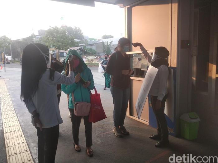 Suasana halte Transjakarta Puri Beta 2 Ciledug, 3 Agustus 2020. (Jehan Nurhakim/detikcom)