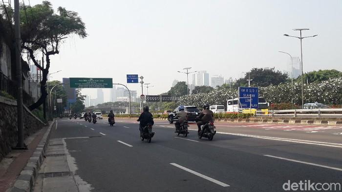 Suasana Jalan Gatot Subroto, di hari pertama pemberlakuan ganjil genap