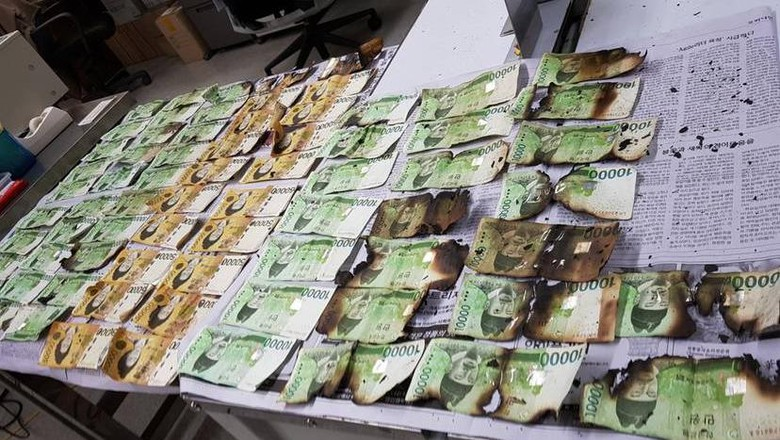 Foto dari Bank of Korea pada 31 Juli 2020 memperlihatkan kerusakan uang akibat dipanaskan dalam microwave.