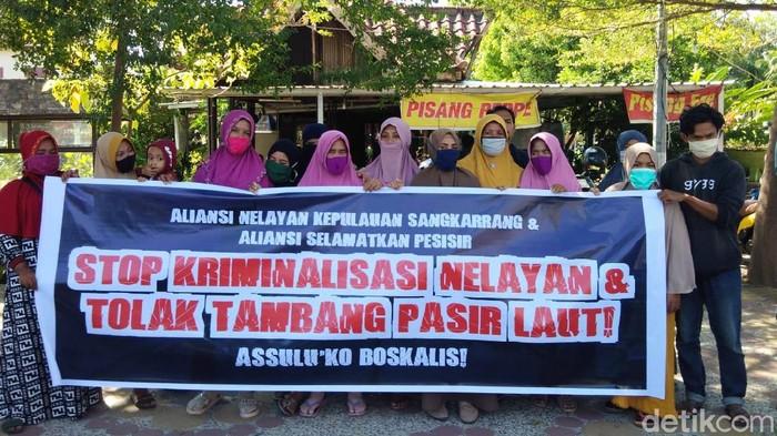 Warga demo kawal 3 warga Pulau Kodingareng diperiksa polisi karena aksi perobekan amplop dari penambang pasir (Hermawan-detikcom).
