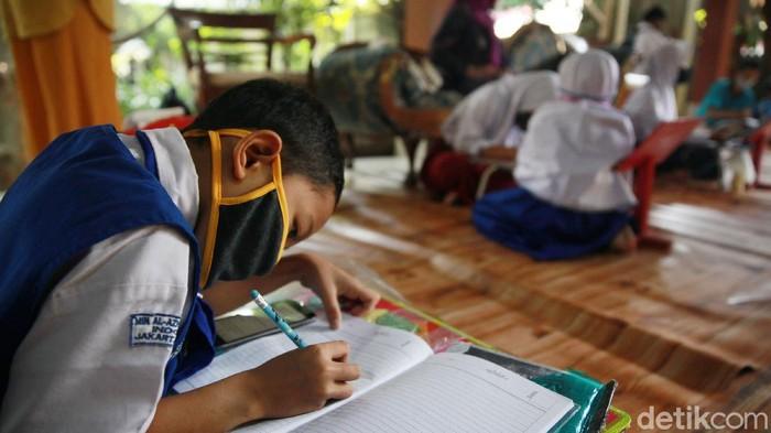 Seorang warga Depok, Sri Wiwoho memberikan fasilitas Wifi gratis bagi para pelajar kurang mampu. Para pelajar ini kini dapat be;ajar online tanpa memikirkan paket data.