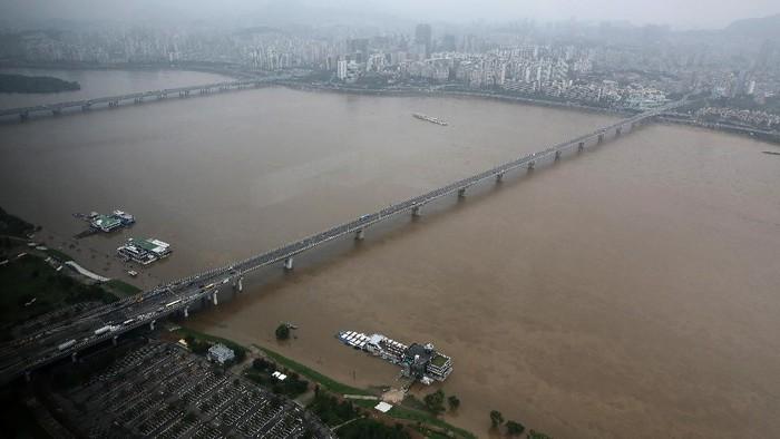 Banjir melanda Korea Selatan usai hujan deras guyur kawasan tersebut sejak beberapa hari lalu. 13 orang diketahui tewas dan ribuan orang dilaporkan mengungsi.