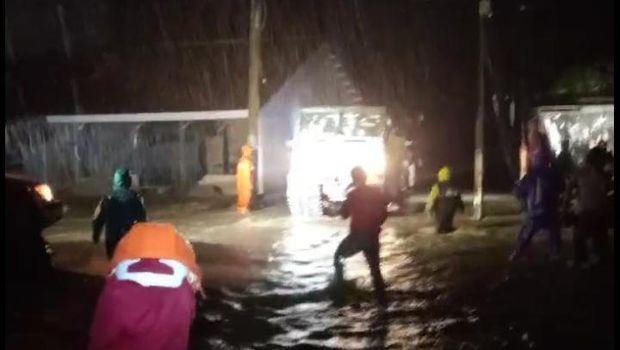 Air Sungai Masamba meluap membuat sejumlah warga panik dan berlarian (dok. PMI)