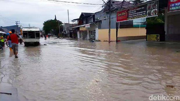Air Sungai Masamba meluap membuat sejumlah warga panik dan berlarian (M Riyas/detikcom)