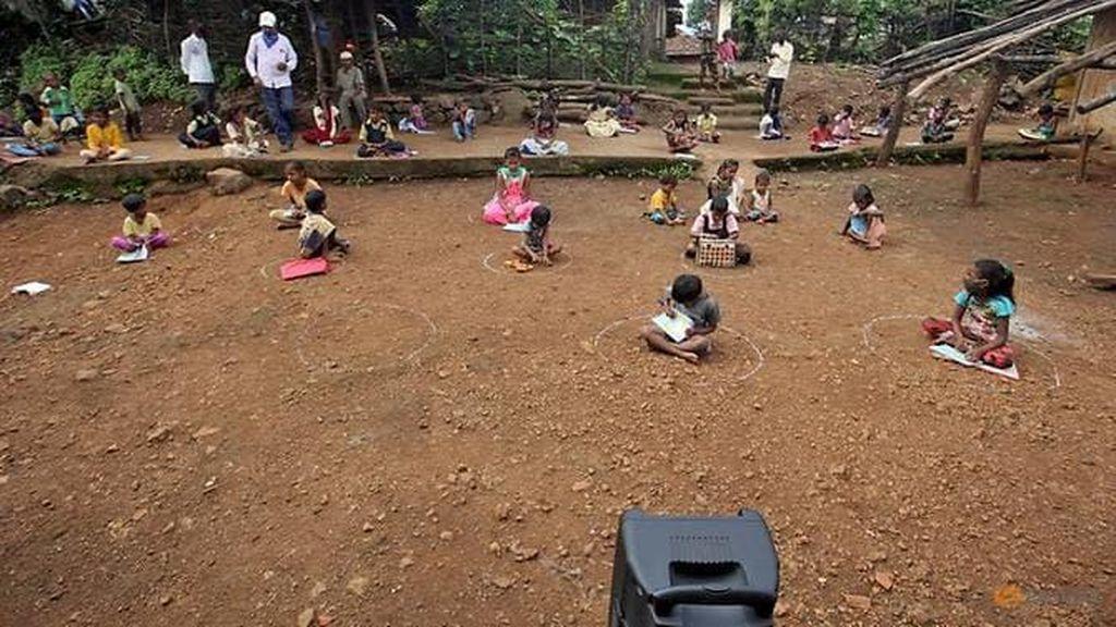 Sekolah Tutup Imbas Corona, Anak-anak India Belajar Lewat Speaker