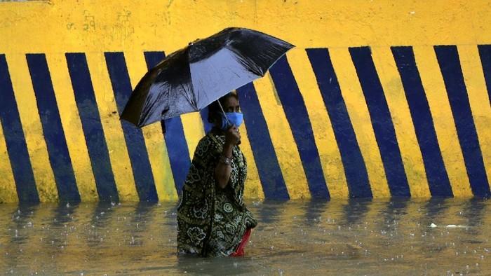 Pandemi Corona di India masih terus melonjak. Kini, datang ancaman baru yakni terjangan banjir.