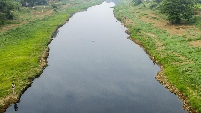 Warga mengambil air di Daerah Aliran Sungai (DAS) Citarum yang tercemar di Karawang, Jawa Barat, Selasa (4/8/2020). Kondisi air DAS Citarum tersebut berubah warna menjadi hitam dan mengeluarkan bau menyengat yang diduga akibat pencemaran limbah industri sehingga menganggu aktivitas warga dan merusak ekosistem. ANTARA FOTO/M Ibnu Chazar/aww.