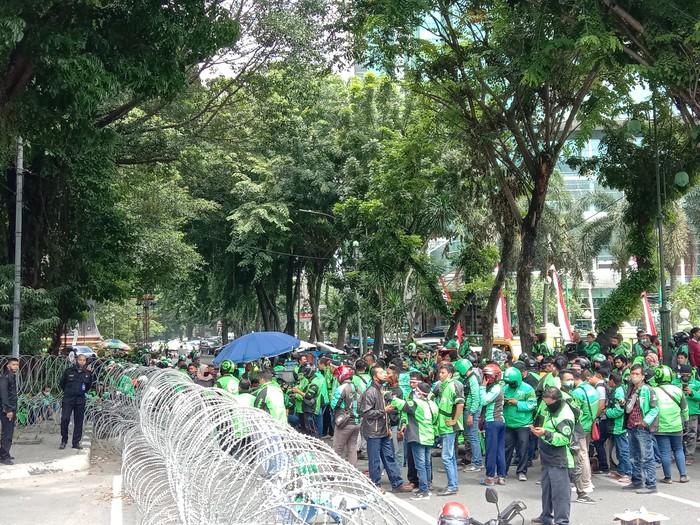Demo pengemudi ojol di depan DPRD Medan (Ahmad Arfah-detikcom)