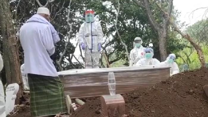 Seorang wanita curhat di Facebook soal ibunya yang meninggal dunia dalam perawatan di RSUD dr R Soedarsono, Kota Pasuruan. Lewat akun Tea Ranich, ia menyebut ibunya yang diabetes dilabeli COVID-19.