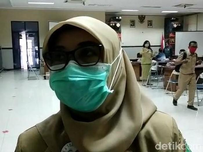 Tirani Ika Pratiwi (35) curhat soal ibunya yang diabetes dilabeli COVID-19, saat meninggal di RSUD dr R Soedarsono Kota Pasuruan. Ia curhat melalui akun Facebook Tea Ranich.