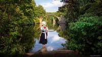 Fotografer Polandia punya cara unik abadikan momen keliling dunia. Selain potret keindahan alam, ia juga kenakan pakaian tradisional negara yang dikunjunginya.
